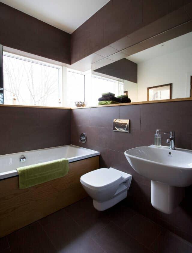 Diseño de baño con inodoro y lavabo suspendido.