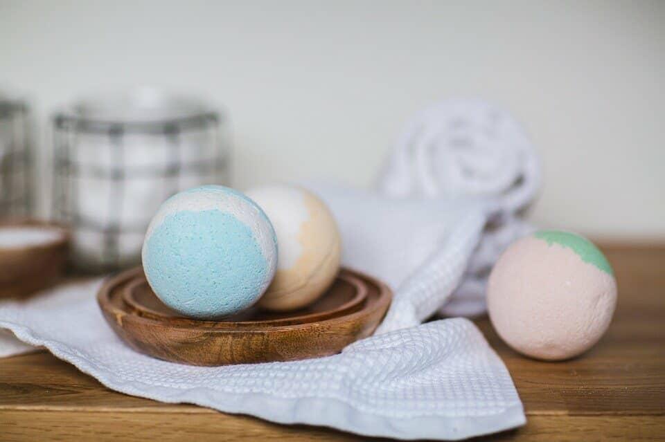 Tres bombas de baño de diferentes colores y aromas.