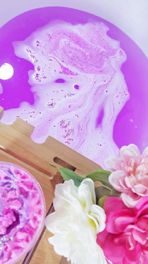 Imagen de Utilizar bomba de baño en una bañera, color morado llamativo.