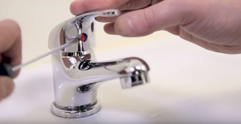 Con un destorillador de cabeza plana quitar el indicador de agua fría y caliente