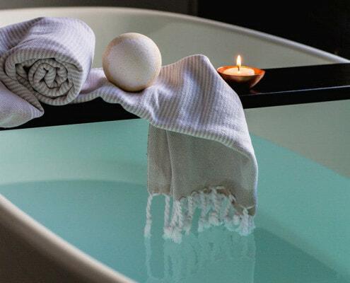 Imagen de decoración con una bomba de baño en una bañera
