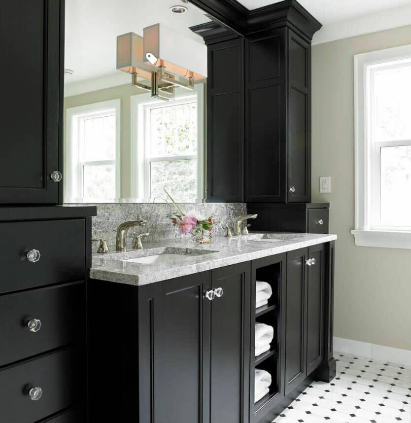 Diseño clásico y moderno con muebles negro y piso en blanco y negro.