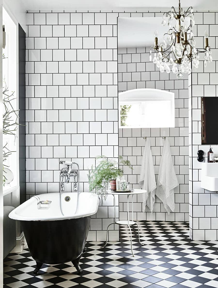 Baño con diseño clásico, gama de color negro y blanco.