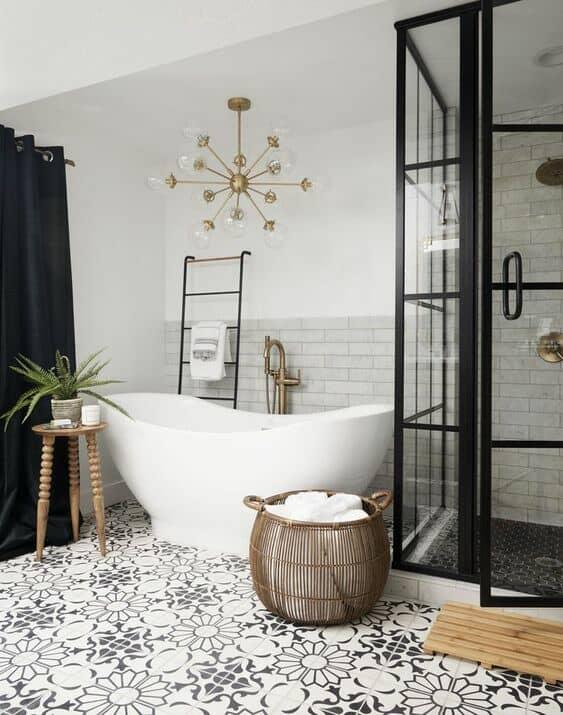 Combian colores claros en las paredes con accesorios dorados y negro.
