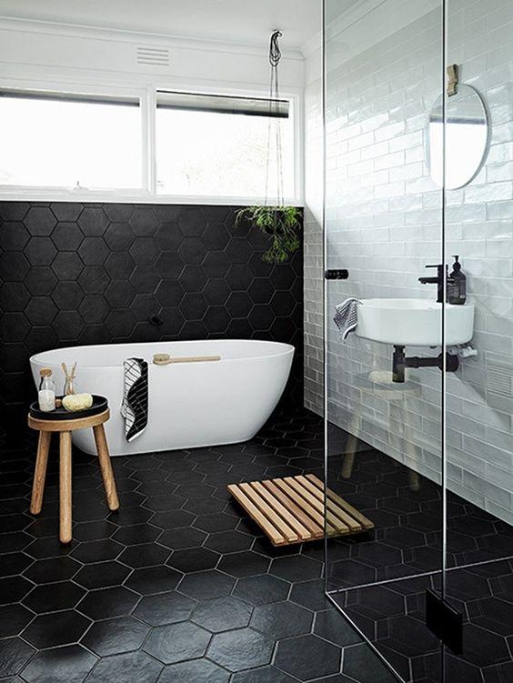 Baño con diseño en blanco y negro al estilo escandinavo.