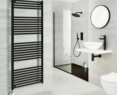 Un Diseño Atemporal con Accesorios en Color Negro y Paredes Blanca.
